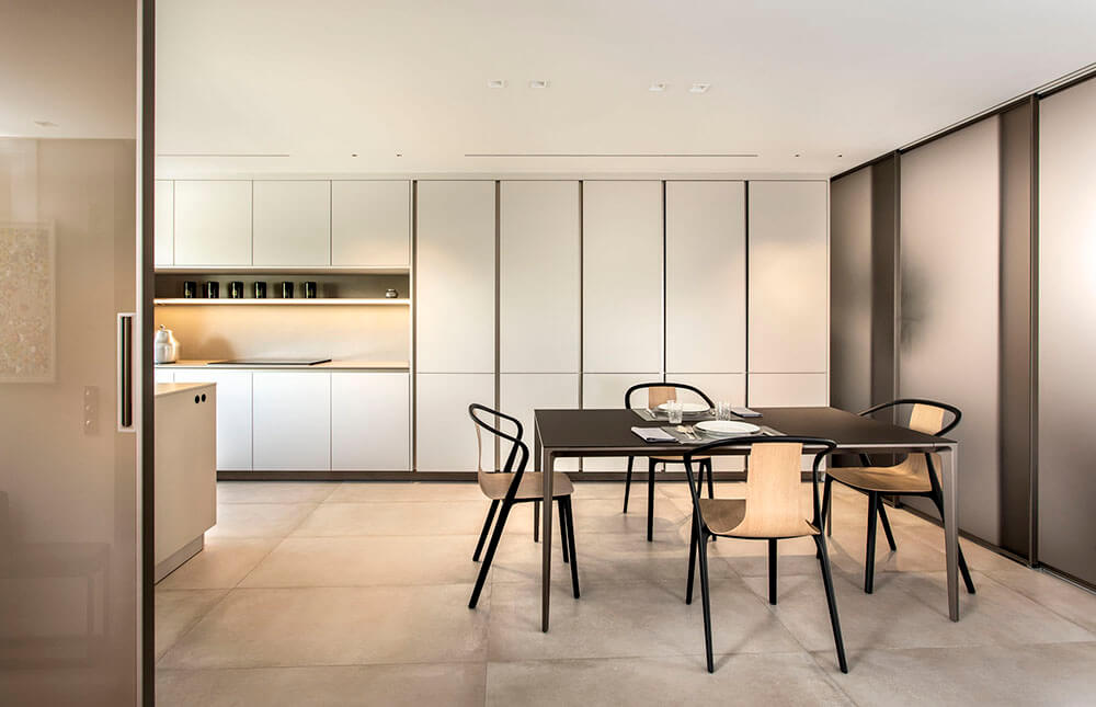 Proyecto diseñado por ICONNO de cocina S2 Pure Siematic color blanco titanio con paneles correderos velaria Rimadesio color bronce