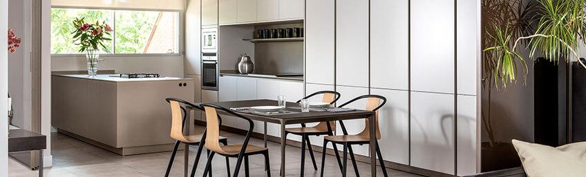 Proyecto diseñado por ICONNO de cocina S2 Pure Siematic con paneles correderos Rimadesio de espacio abierto