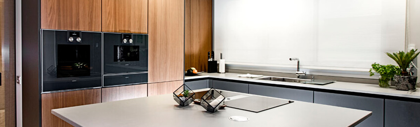 Proyecto de cocina de diseño en madera y grafito con falso techo