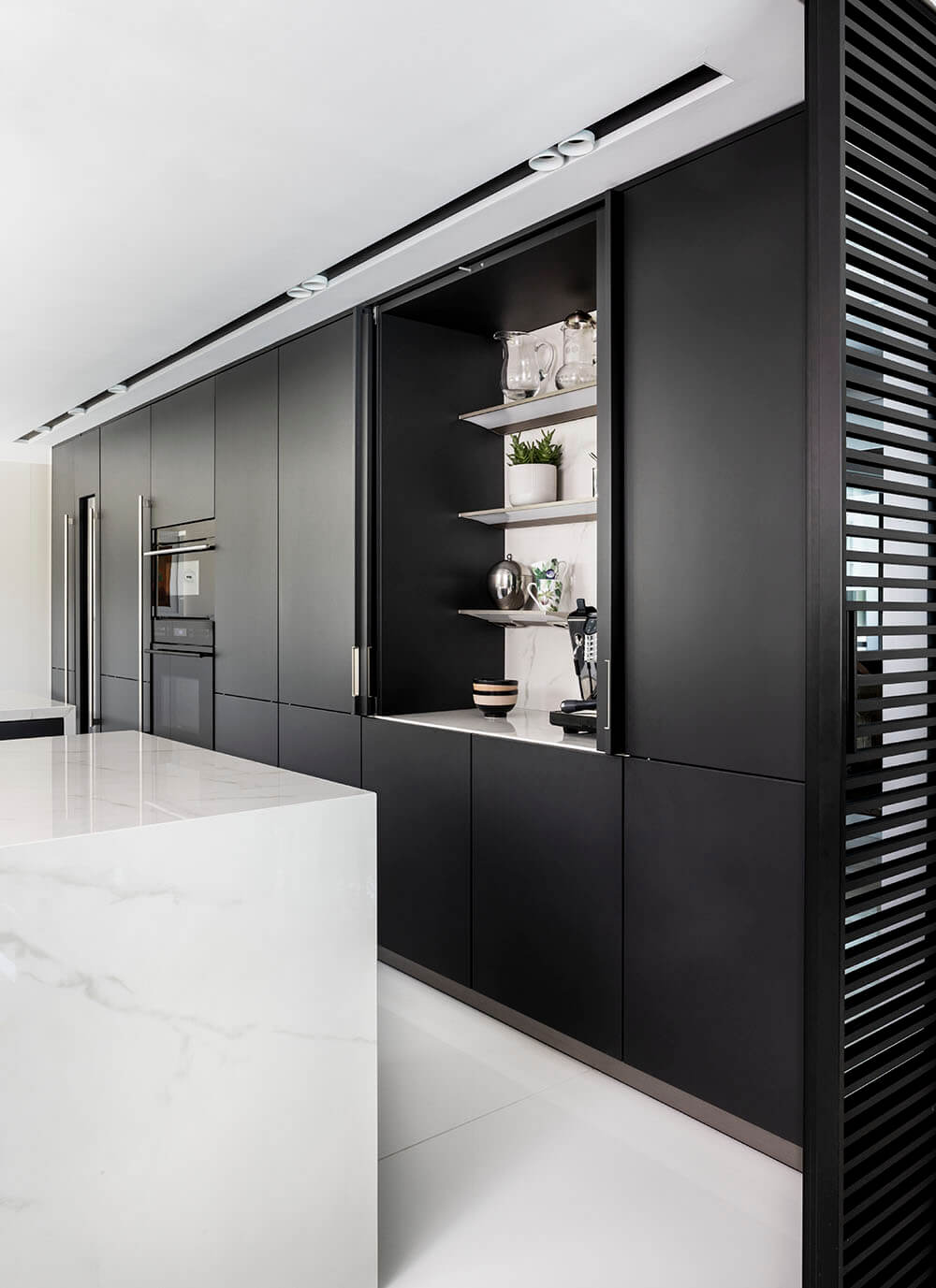 Cocina y salón integrado manteniendo a la vez la independencia mediante colores homogeneos
