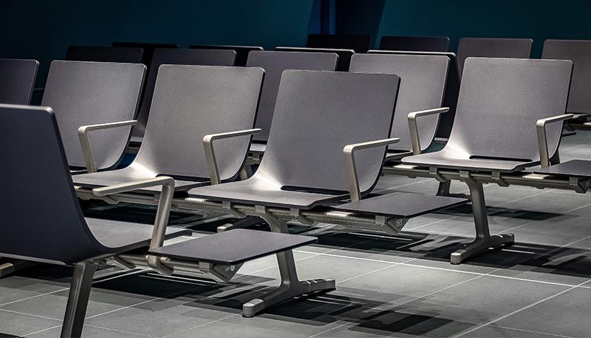 .- Poltrona Frau viste el aeropuerto de Turín con sus butacas Aetos